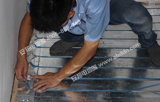 将检测完好的发热电缆铺设到模块凹槽中并用铝箔胶带固定