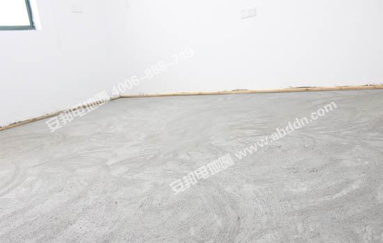 电地暖模块铺设前在地面的四周靠墙处订好2X2cm的直木条