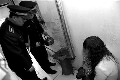 北京城管队员入户检查煤炉