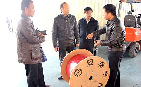 安邦集团董事长李贻连为调研组讲解电伴热产品功能