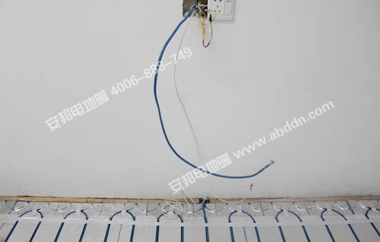 将监控探头和发热电缆冷端穿进预留的PPC管材里