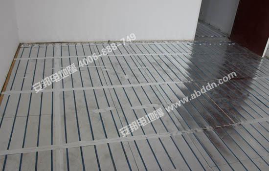 将电地暖安装模块接口处用铝箔连接好